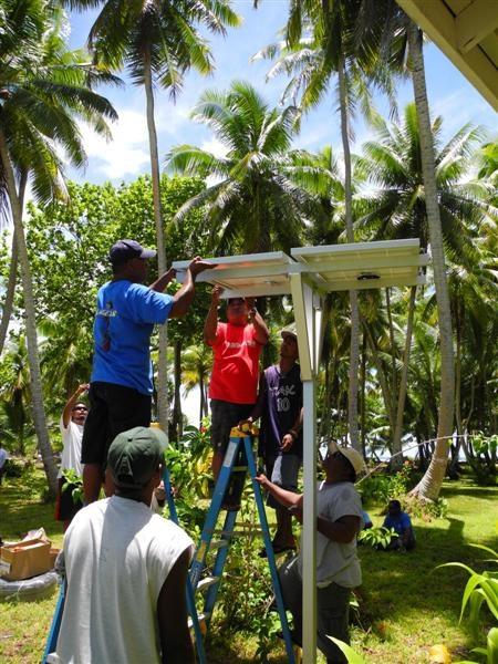 تثبيت Restar 3000 مجموعات الأنظمة المنزلية خارج الشبكة في جزر مارشال ، يوليو 2012.