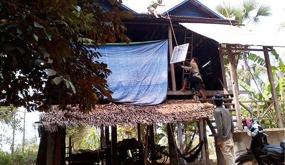 تجهيزات الطاقة الشمسية المنزلية خارج الشبكة 5000 مجموعة في كمبوديا ، يوليو 2011.